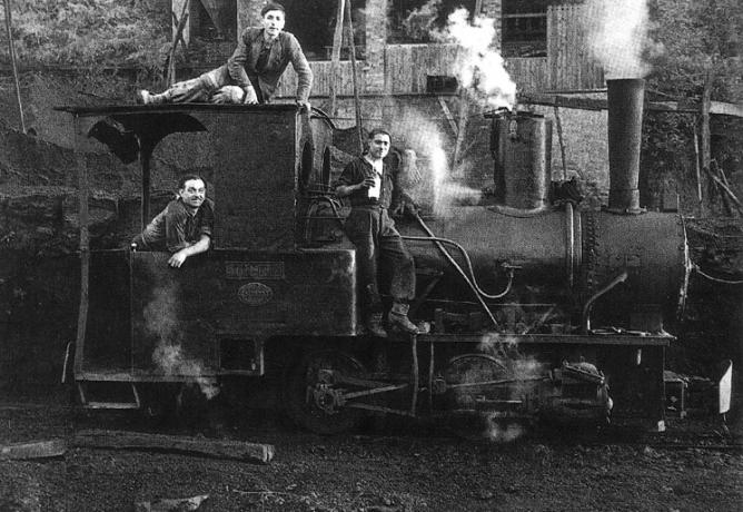 Locomotora JOSE VIGIL ESCALERA, en el Lavadero de la Hueleria, San Martin del Rey Aurelio, año 1965, fondo Asoc. Amigos de La Hueleria.