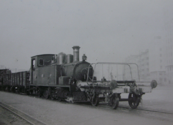 Cantábrico , locomotora nº 5 , con un vagon manso para la tracción de vagones de distinto ancho al métrico c. 1950