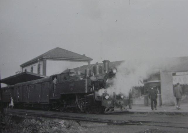 Económicos de Asturias, unidad de tren en Noreña, c. 1950 - copia, Fondo Gustavo Reder
