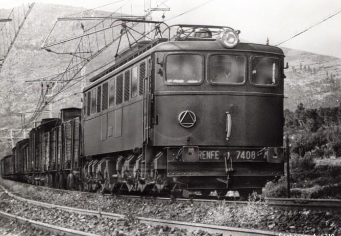 Electrificacion y tracción mediante las locomotoras serie 7.400 entre Madrid y Avila, funcionando a 1500 V. cc , fondo MVF