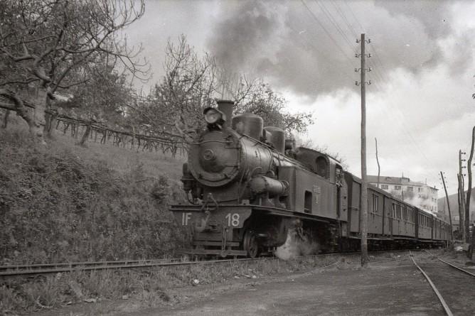 Ferrocarril de La Robla, tren entrando en Valmaseda, foto Trevor Rowe