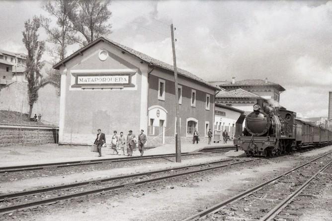 Ferrocarril de La Robla, estación de Mataporquera , tren de viajeros con la locomotora 183, foto Trevor Rowe, fondo MVF