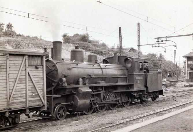 Locomotora de la Robla en la estación de Azbarren, foto Javier Aranguren Castro, fondo MVF