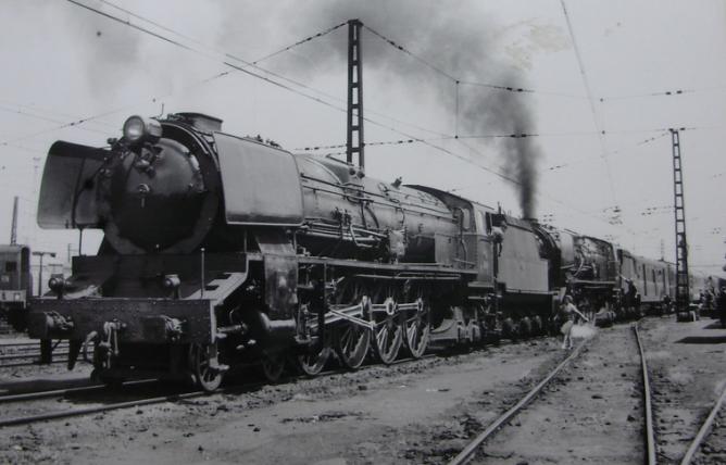 Miranda de Ebro, doble traccion en el Iberia Expreso, de las locomotoras 242-2004 y 242-2001 el 3 de mayo de 1964, fotografo desconocido