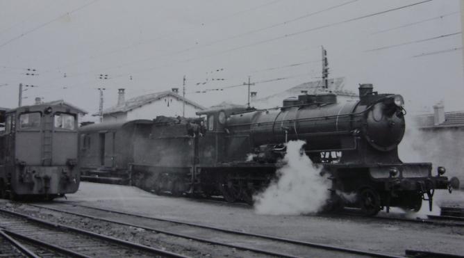 Miranda , tren de Bilbao a Zaragoza remolcado por la 240-4004 , c. 1960, fotografo desconocido