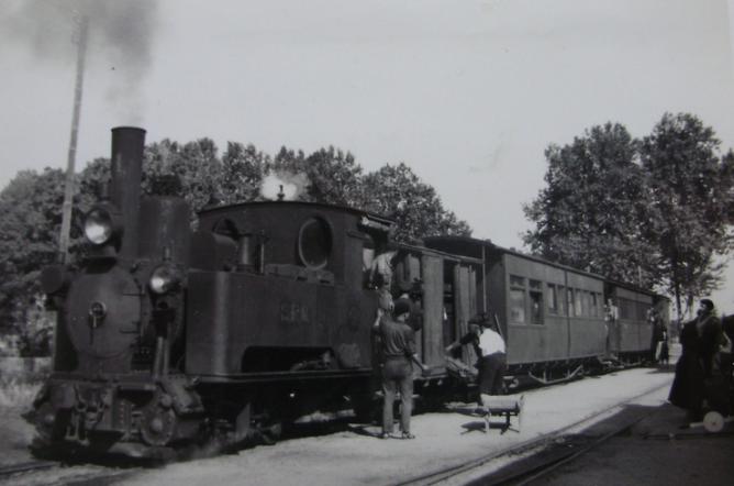 Sant Feliu de Guixols a Gerona , unidad de tren con la locomotira nº 1, c. 1953 +