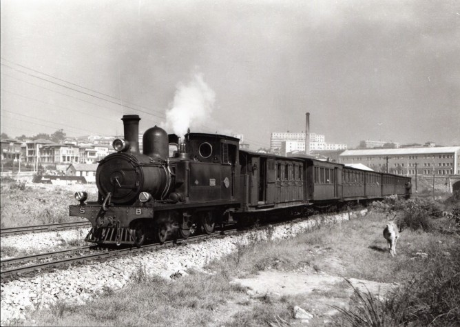 Santander a Bilbao, tren encabezado por una 220T Foto Lawrence G.Marshall, fondo MVF