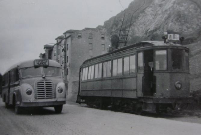 Tranvia de Santander a Astillero, c. 1950 con un coche de la empresa Muñoz