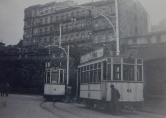 Tranvias de Vigo , coches 64 y 24 en la linea 1, c.1950, fotografo desconocido