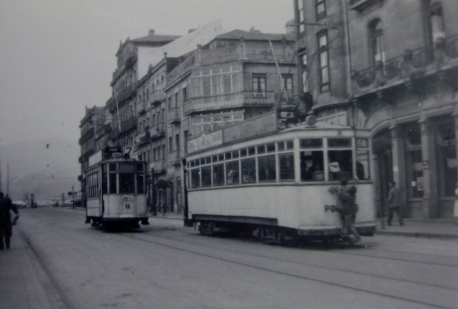 Tranvias de Vigo , unidad nº 12, cruzando con el tranvia de Vigo a Porriño, fotografo desconocido