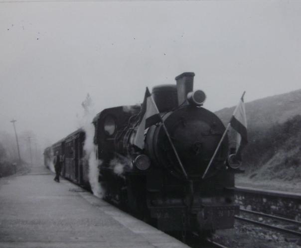 Vasco Asturiano, tren con la locomotora nº 17 , c. 1960, tren comnemorativo de los XXV años de Paz