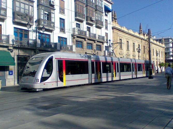 Metrotren de Sevilla, Unidad Urbos 2, en la Avda Constitución , Foto Frobles