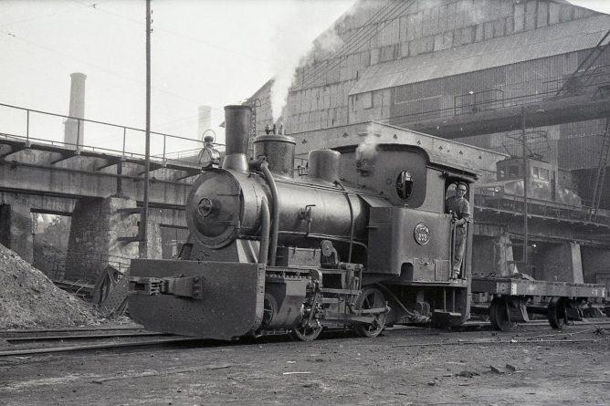 AHV , maniobras en la factoria del Puerto de Sagunto , abril 1961, foto Trevor Rowe, fondo MVF