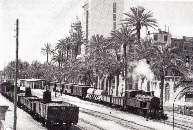ALICANTE.- Apeadero Puerta del Mar. Mixto a Denia. 25-04-1957.- foto Jeremy Wiseman.