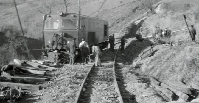 Accidente de la locomotora Creusot 1152 , linea de Amorebieta á Bermeo (7), foto Galeria Mendoza
