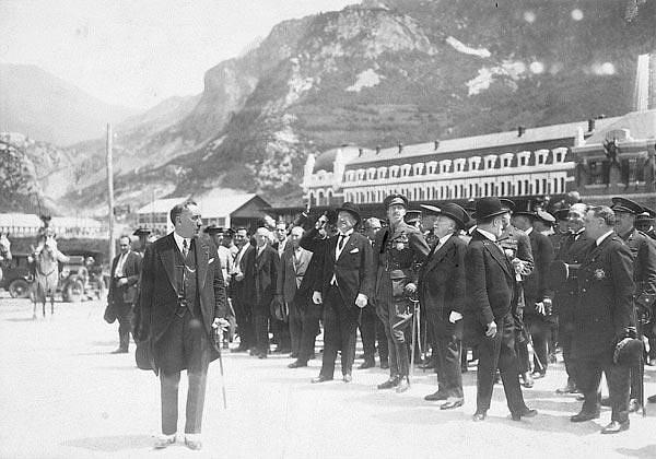 Alfonso XIII inaugura la estacion internacional de Canfranc