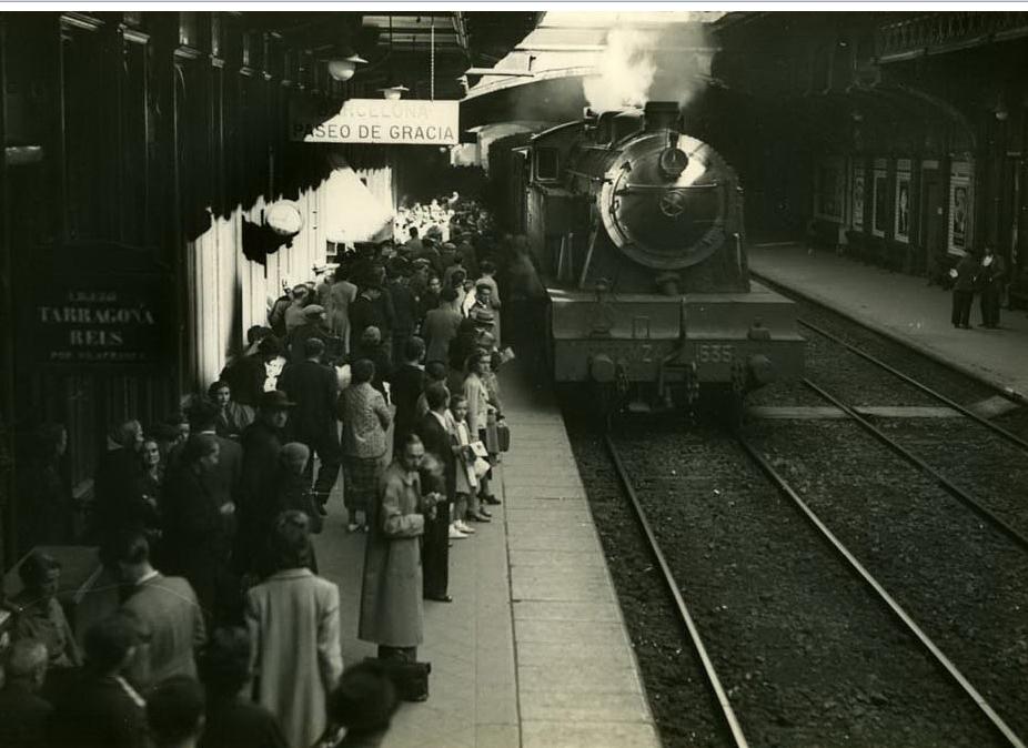 Barcelona Paseo de Gracia, año 1940, tren con destino a Molins de Rey , foto Antonio Ribera, fondo Servicio Electrico de Renfe