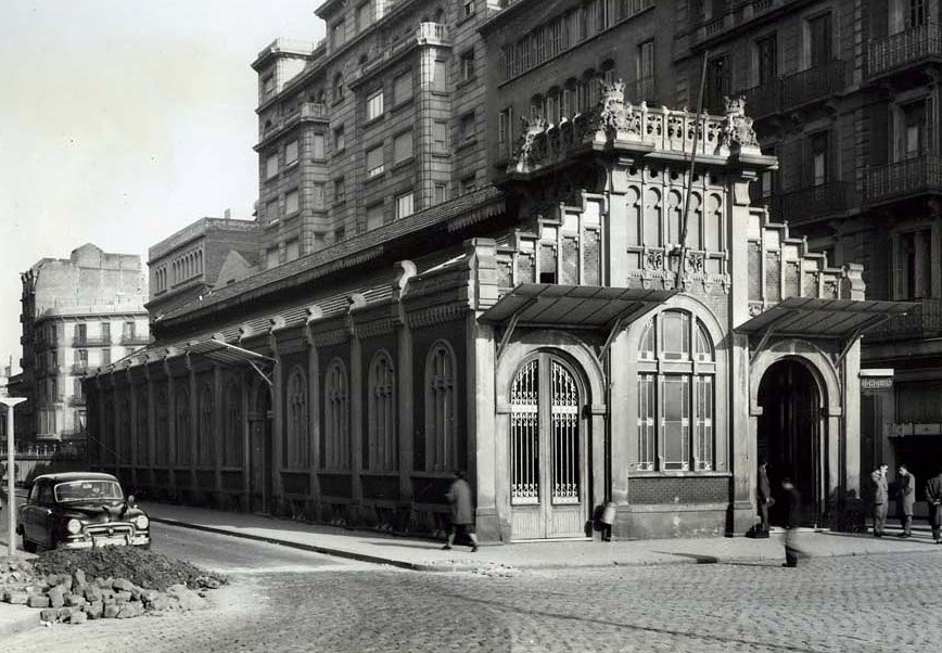 Barcelona Paseo de Gracia, edificio exterior , año 1959, foto Francisco Ribera, fondo Servicio Electrico de Renfe
