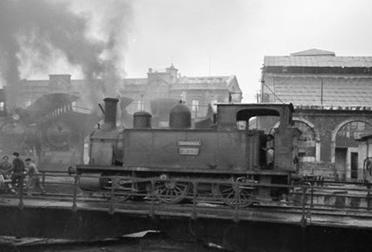 Bilbao a Portugalete, locomotora del B á P. en la rotonda de Norte en Valladolid, foto Trevor Rowe , fondo MVF