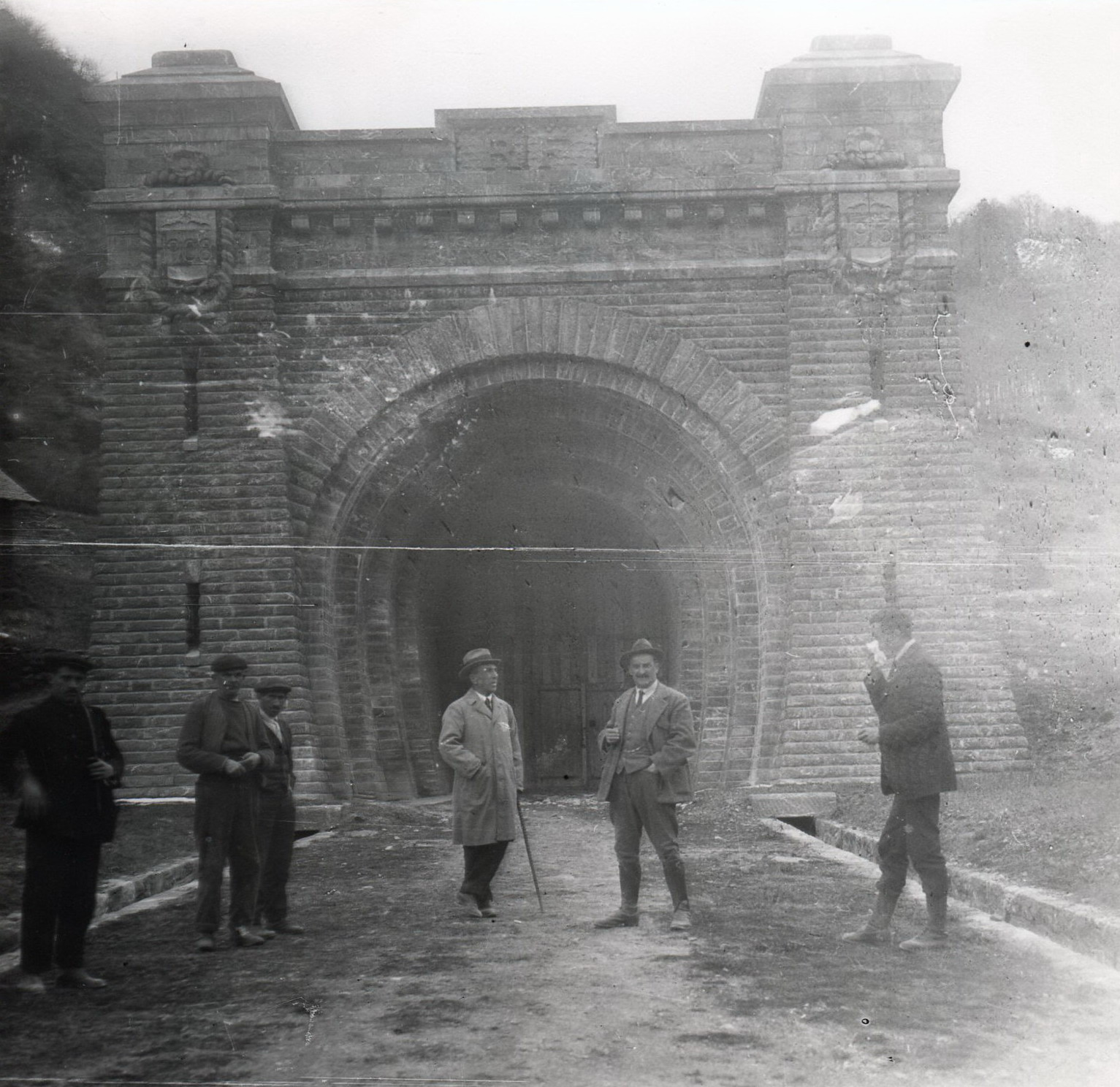 Boca del túnel de Canfranc . Fondo : J.J. Olaizola