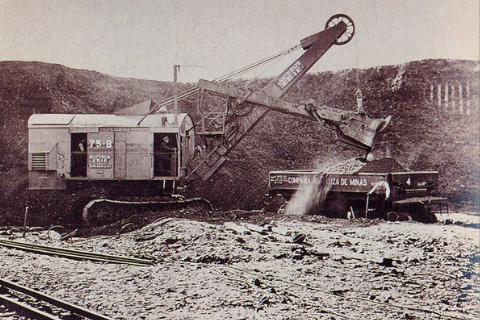 Carga demineral en vagones de la Cia Andaluza de Minas