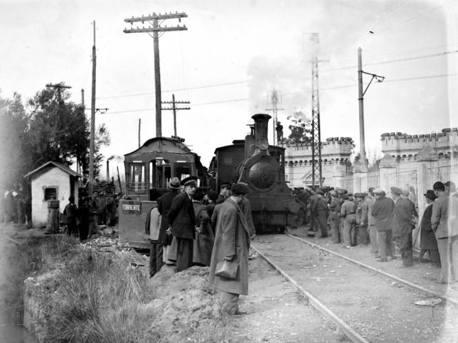 Choque en Mislata entre el tranvia y la locomotora nº 1 descendente de Manises, fondo Desfils, Biblioteca Valenciana N. Primitiu