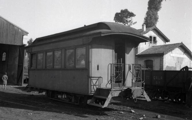 Coche de 2ª clase en la estación de San Juan de Aznalfarache - copia