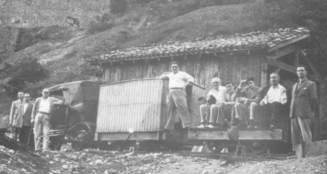 Composición de un tren minero en Arditurri, con el automovil adaptado. Pedro Perez Amuchastegui
