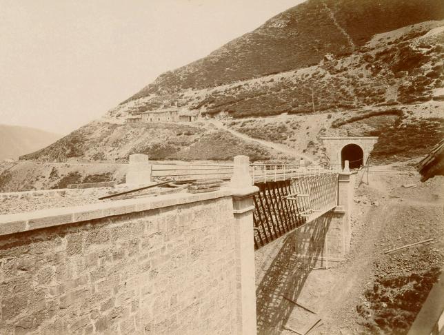 Construccion de la línea de Asturias c. 1884, foto P. Sauvanaud, Archivo BNE