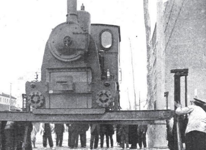 Descarga de la locomotora Kraus del Madrid a Colmenar Viejo en el Tranvia de Madrid a Vallecas