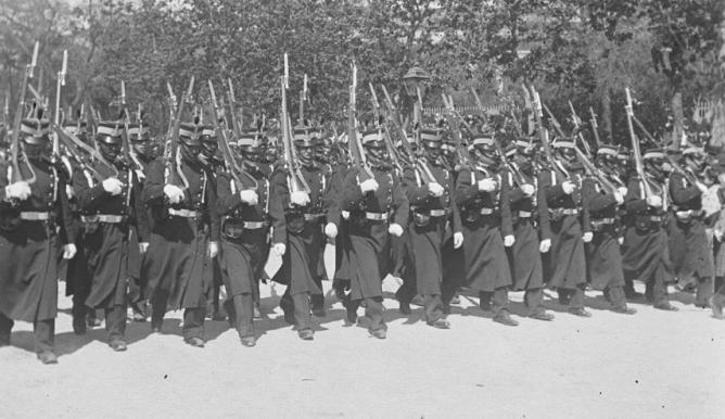 Desfile de tropas del Regimiento de Ferrocarriles, c. 1900, foto Aurelio de Colmenares, fondo Fototeca del P.H.