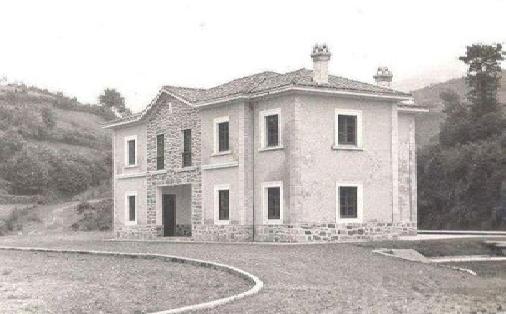 Edificio de la estacion de San Martin de Luiña, fondo Treneando M. Iturralde