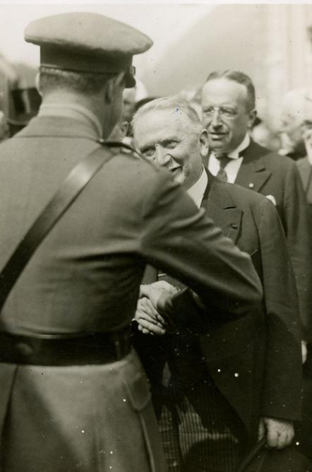 El Rey de España, saluda al Presidente de la Republica de Francia