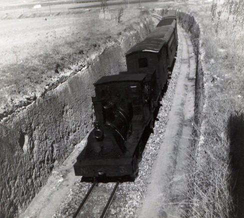 El tren correo, circulando en trinchera cerca de Valdepeñas, fomo Martin Von Simpson, archivo MVF Euskotren
