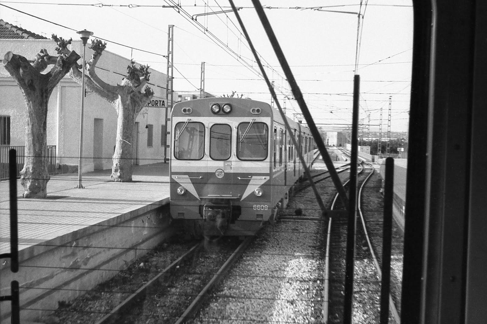 Estacion dd Paiporta , unidades de Tren BW-Ganz , fondo MVF Euskotren
