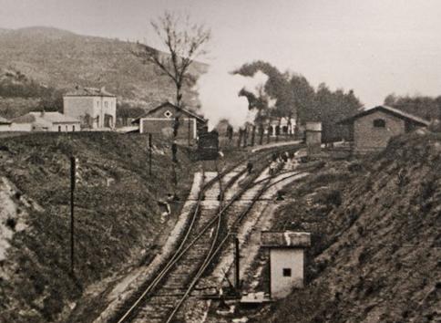 Estacion de Agrés , vias ancho iberico de la linea de Alicante a Jativa y vias del VAY , con muelle conjunto entre ambas, año 1950, foto V. Albert