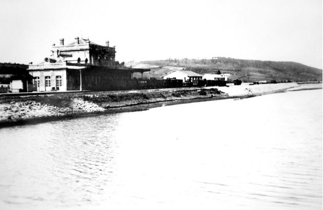 Estacion de Avilés Juanto a la Ria, año 1890