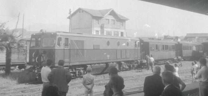 Estación de Guernica, locomotora Creusot Serie 1151-1160 con coches unificados Estado