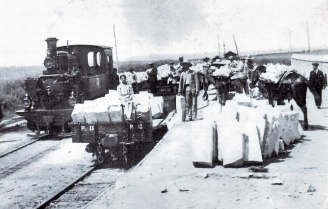 Fc de Aznalcollar al Guadalquivir, carga de bloques en la estación de Gerena , foto L. Acuña