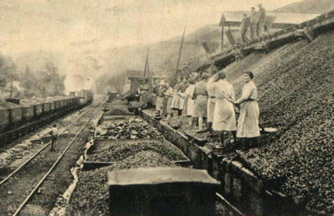 Ferrocarril de Langreo, carga de carbón en un tren, fondo MFA
