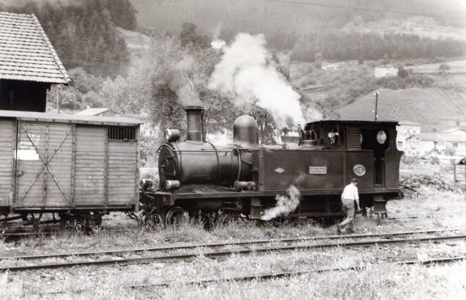 Ferrocarril de Santander a Bilbao , locomotora 220T, foto Xavier Santamaría