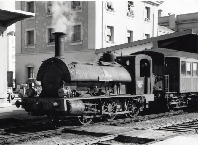 Ferrocarril de Triano , locomotora Santurce en la estacion de Logroño, fotografia Laurence G. Marshall