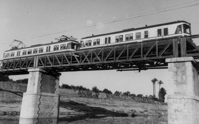 Ferrocarril de Valencia á Villanueva de Castellón , unidad electrica sobre el puente del barranco de Xiva , en Paiporta, c.1970, Archivo FGV
