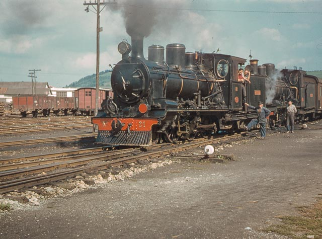 Ferrocarril del Cantabrico 2,octubre 1957, locomotora Mortera, en Torrelavega , Foto Charles F. Firminger