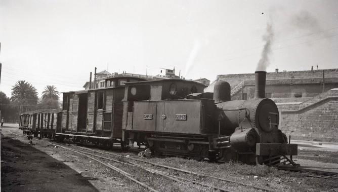Ferrocarriles de Mallorca , locomotora COLL nº 24 , maniobrando en el puerto de Palma, foto Trevor Rowe, fondo MVF