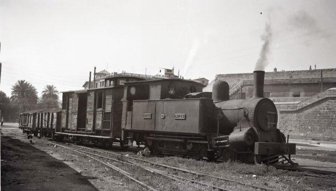 Ferrocarrilkes de Mallorca ,locomotora COLL nº 24 , maniobrando en elpuerto de Palma, foto Trevor Rowe, fondo MVF