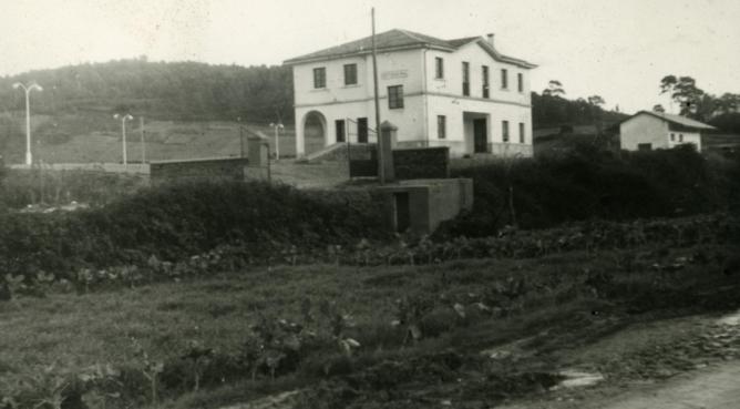 Ferrol - Gijón , edificio de la estacion de Ortigueira, foto Galerias Mendoza