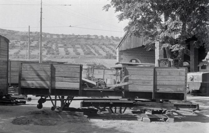 Tranvia electrico de Linares, vagon en proceso de sustiyucion de ejes, foto M. Salinas