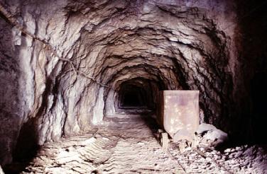 Galeria de mina en Vallcebre, con Vagoneta. Fondo Dirección General de Medi Natural