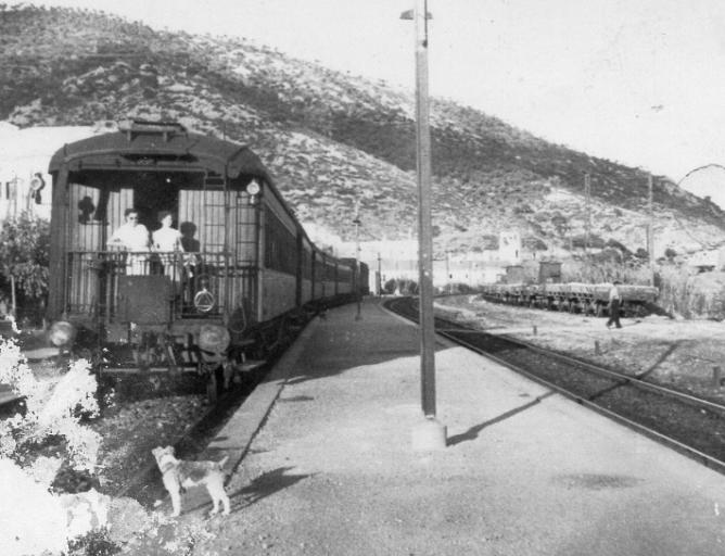 Garraf, a la derecha un tren de canteras.